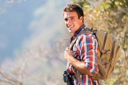Photo pour Jeune homme debout sur le toit de la montagne en automne - image libre de droit