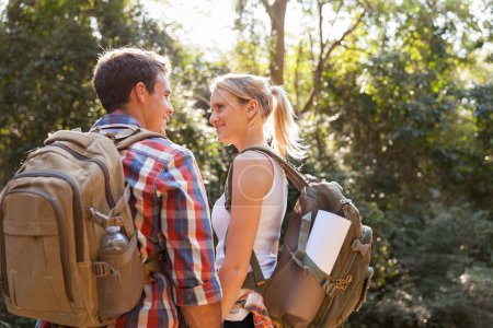 Foto de Pareja feliz caminatas al aire libre en el bosque - Imagen libre de derechos