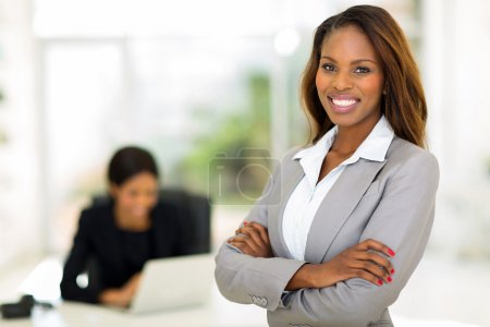 Photo pour Femme intelligente d'affaires africains au bureau - image libre de droit