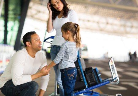 Photo pour Père de dire au revoir à la fille à l'aéroport - image libre de droit