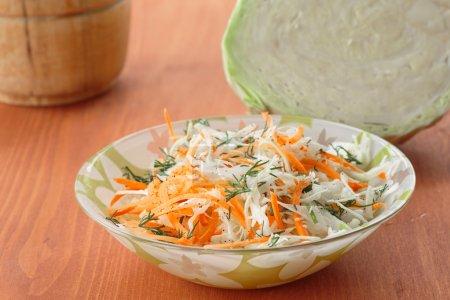 Photo pour Bol avec salade fraîche de chou et de carottes - image libre de droit