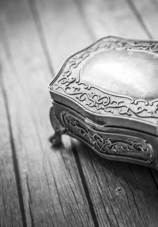 Photo pour Boîte à bijoux sur panneau en bois - image libre de droit