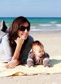Matka s dítětem na pobřeží