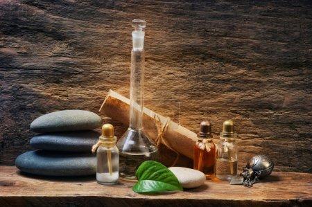 Photo pour Flacons aux huiles essentielles contre les vieux murs - image libre de droit