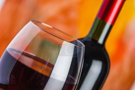 vin, le verre et la bouteille