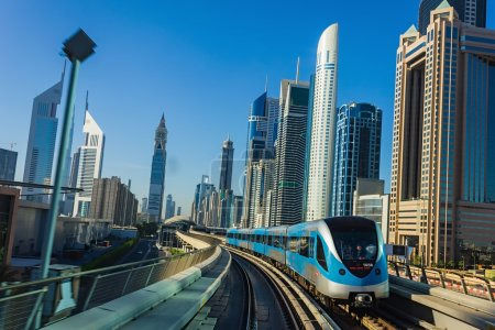métro de Dubaï. une vue de la ville de la voiture de métro