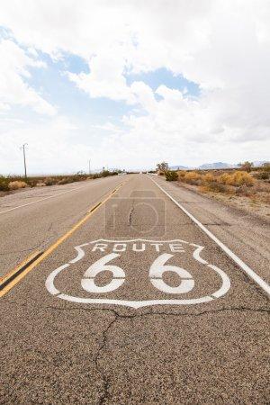 Photo pour Célèbre monument de la Route 66 sur la route dans le désert californien - image libre de droit