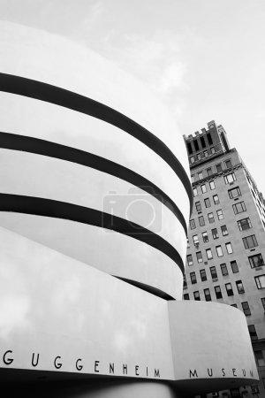 Photo pour Photographie noir et blanc à contraste élevé du Solomon R. Guggenheim Museum dans l'Upper East Side de Manhattan, New York. Conçu par Frank Lloyd Wright, le bâtiment cylindrique du musée, plus large en haut que le bas, est l'un des - image libre de droit