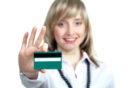 Foto de Mujer rubia feliz mostrando tarjetas de crédito en blanco. centrarse en tarjeta. - Imagen libre de derechos