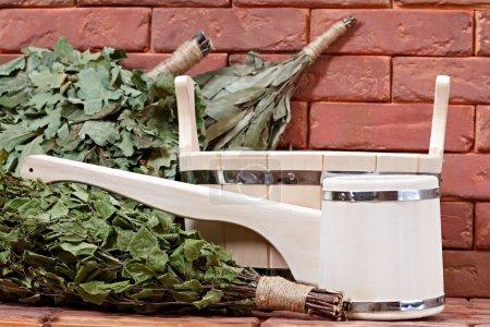 Photo pour Seau pour un bain sur une surface de briques. équipement pour saunas - image libre de droit