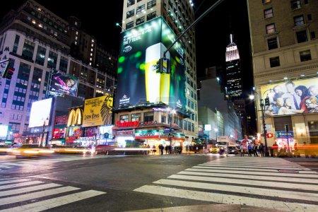 Photo pour La ville de New york - sept 13 : intersection dans midtown manhattan vu le soir de septembre. 13, 2012. comme le plus grand quartier d'affaires de New York, midtown est le plus achalandé quartier commercial unique aux usa. - image libre de droit