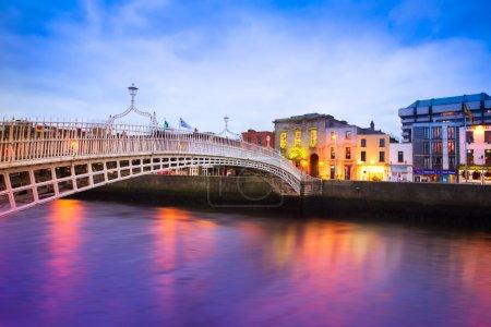 Photo pour Dublin Irlande au crépuscule avec front de mer et historique Ha'penny Bridge - image libre de droit