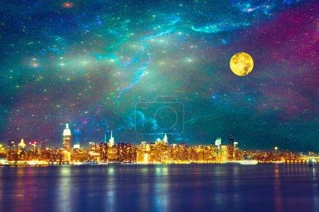 Photo pour Skyline de la ville de New york sous le ciel étoilé de fantaisie - image libre de droit