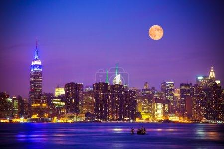 Photo pour New york city skyline de nuit sous la pleine lune - image libre de droit