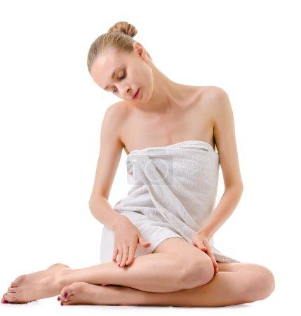 Photo pour Jeune femme prenant soin de son corps - image libre de droit