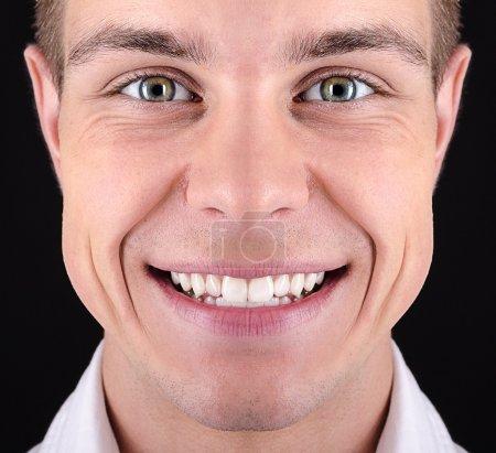 Foto de Sonrisa abierta de un joven hombre blanco - Imagen libre de derechos