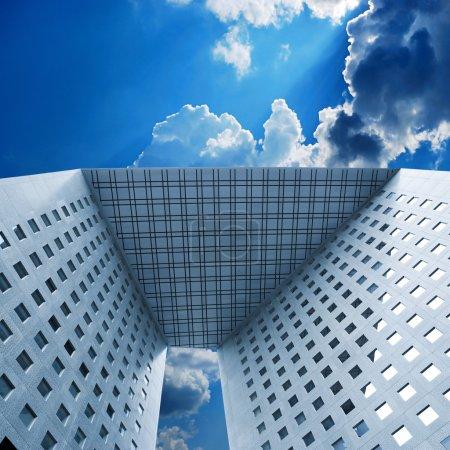 Photo pour Verre, acier, béton des immeubles de bureaux en parfaite symétrie, La Défense . - image libre de droit