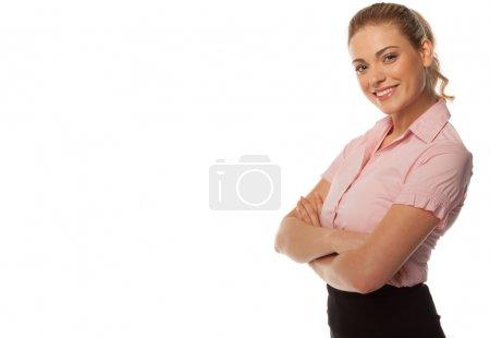 Photo pour Photo studio de femme d'affaires souriante avec les bras croisés sur fond blanc avec espace de copie - image libre de droit