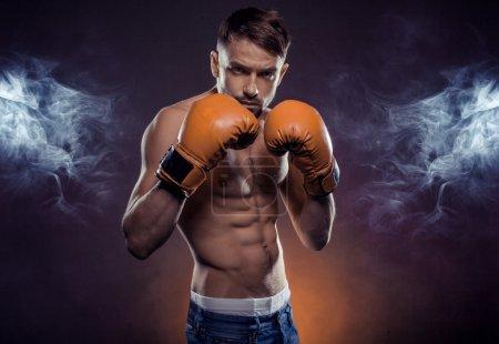 Photo pour Boxer permanent à coups de poing soulevées prêt à se battre - image libre de droit