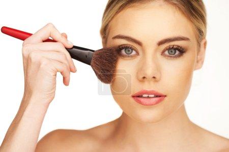 Photo pour Gros plan portrait de jeune belle fille avec une peau parfaite et les cheveux bouclés. Poudre et fond de teint constitués par une brosse douce - image libre de droit
