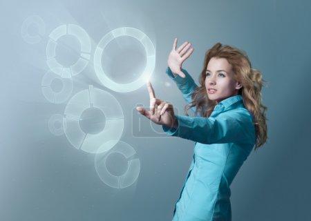 Photo pour Concept informatique parfait. Espace de copie. Visualisation d'écran tactile. Focus sur la main . - image libre de droit