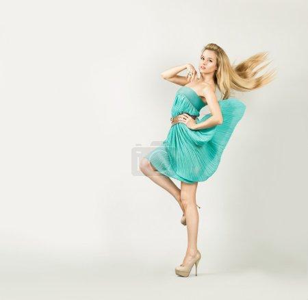 Photo pour Portrait de toute la longueur d'une femme blonde sexy en robe fashion turquoise - image libre de droit