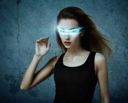 Photo pour Femme fantastique utilisant des lunettes virtuelles. Concept de réalité virtuelle informatique parfaite . - image libre de droit