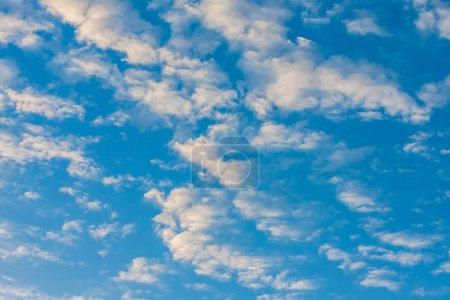 Photo pour Paysage nuageux tropical au lever du soleil sur la mer - image libre de droit