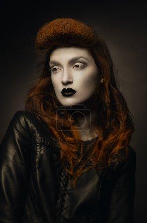 Photo pour Portrait sombre de femme gothique pâle avec coiffure créative - image libre de droit