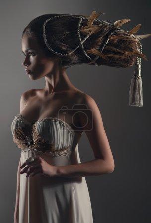 Photo pour Portrait de femme à la coiffure créative - image libre de droit