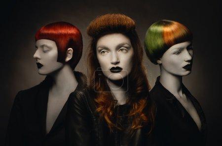 Foto de Tres mujeres góticas pálidas con peinados creativos - Imagen libre de derechos