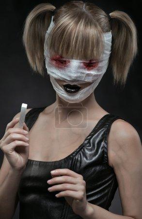 Photo pour Fille gothique avec visage bandé - image libre de droit