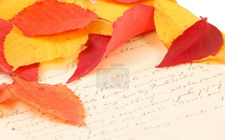 Photo pour Ancienne lettre manuscrite avec des feuilles d'automne de couleur - image libre de droit