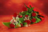 Kytice čerstvých červených růží