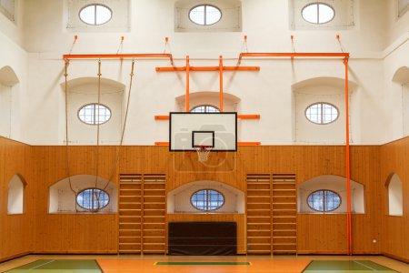Photo pour Intérieur vide du gymnase public avec terrain de basket - image libre de droit