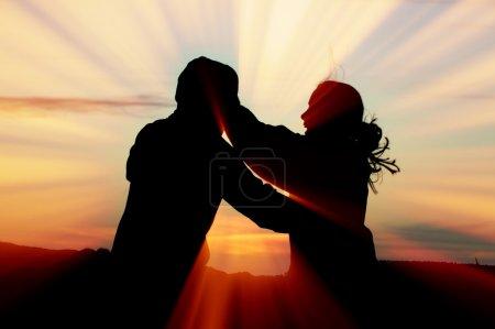 Photo pour Câlin coucher de soleil - image libre de droit