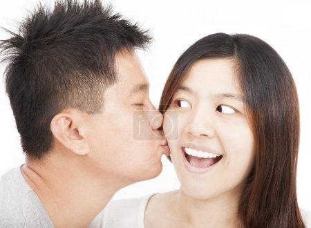 Photo pour Asiatique jeune couple baisers - image libre de droit