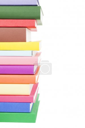 pila de libros de colores aislados sobre fondo blanco