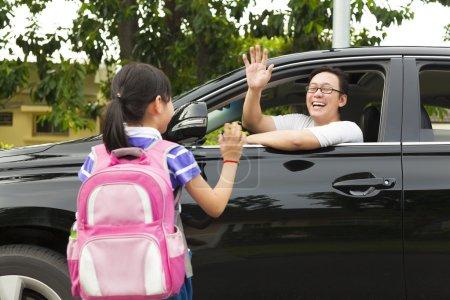 Photo pour Petite fille dire au revoir avec le père en face de l'école - image libre de droit