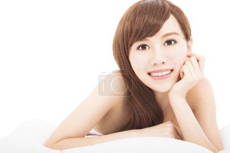 Photo pour Belle jeune femme sur le lit - image libre de droit
