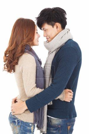 Photo pour Couple heureux étreignant et regardant - image libre de droit