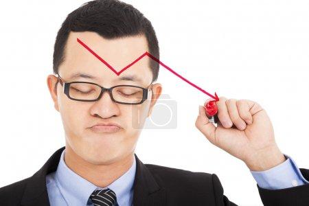Photo pour Homme d'affaires tirer la flèche rouge vers le bas et se sentir déçu - image libre de droit
