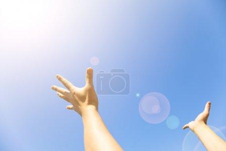 Foto de Dos manos con las palmas abiertas con luz solar - Imagen libre de derechos