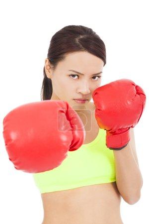 Photo pour Jolie boxer féminin prêt une pose de combat - image libre de droit