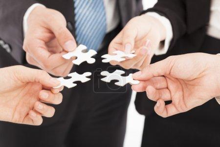 Photo pour Les hommes d'affaires tenant puzzle - image libre de droit