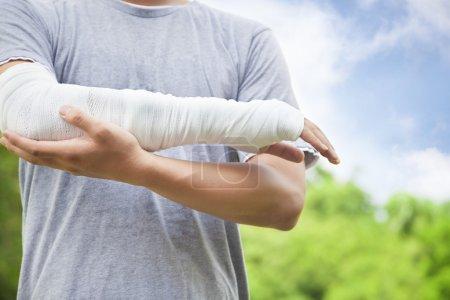 Photo pour Gros plan du bras bandé dans le parc - image libre de droit