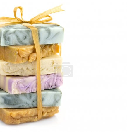 Photo pour Beauté fait main pile colorée de savon avec ruban - image libre de droit
