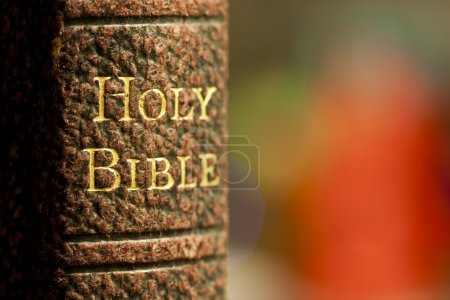 Photo pour Gros plan de la bible sacrée en lettres d'or sur un livre relié en cuir - image libre de droit