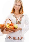 Süße Frau mit Reifen Äpfeln