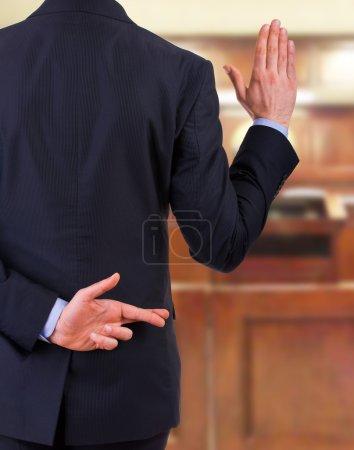 Photo pour Homme d'affaires avec les doigts croisés . - image libre de droit